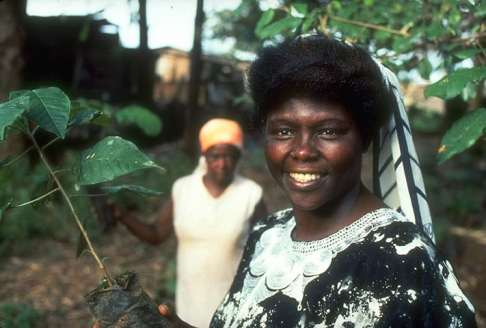 Wangari-Maathai-outside-h-005